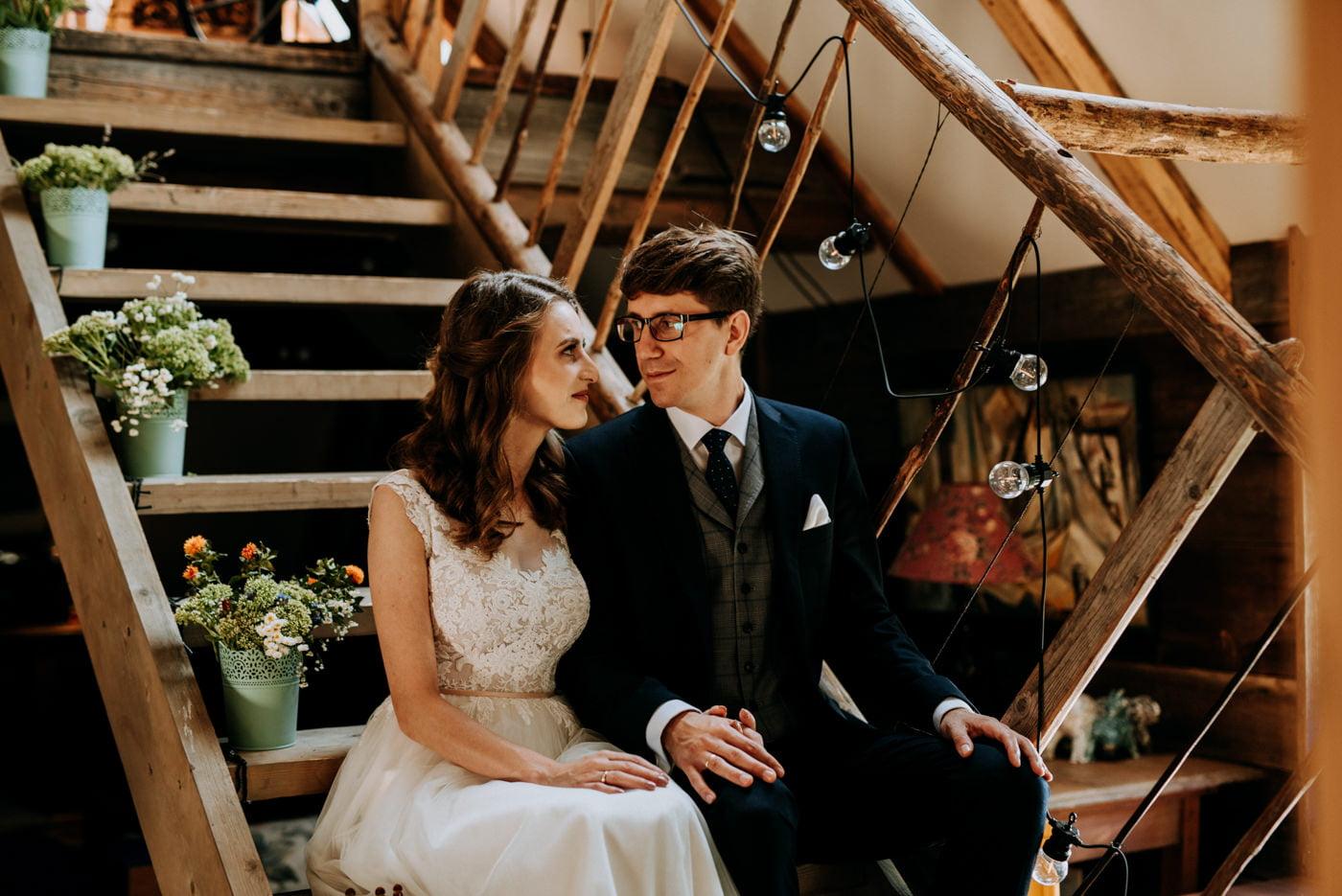 Sesja ślubna w stodole u Jojo - Monika i Kamil 12