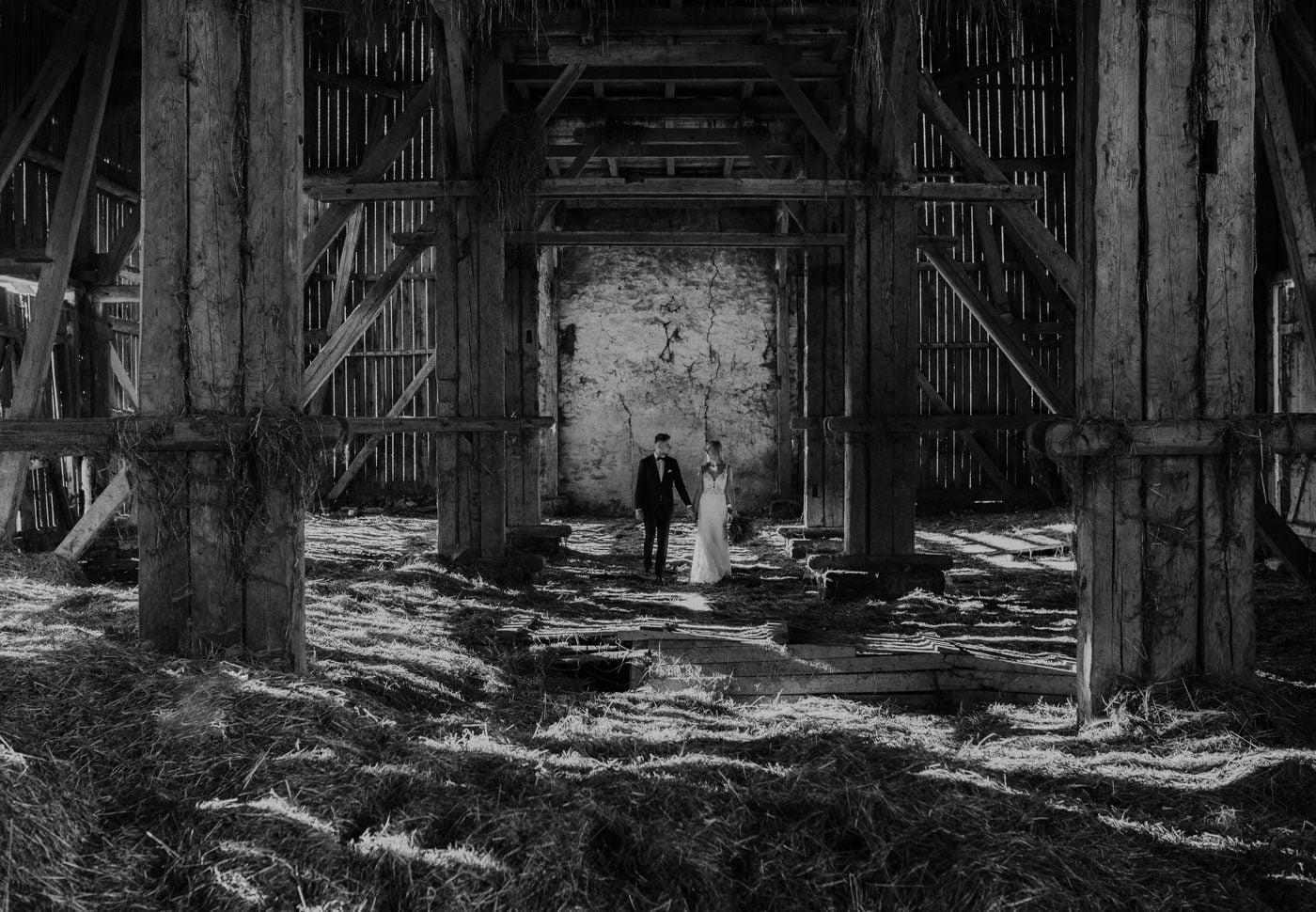 Plener Ślubny w starej stodole - Basia i Marcin 11