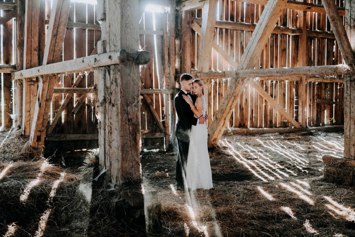 Plener Ślubny w starej stodole - Basia i Marcin 18