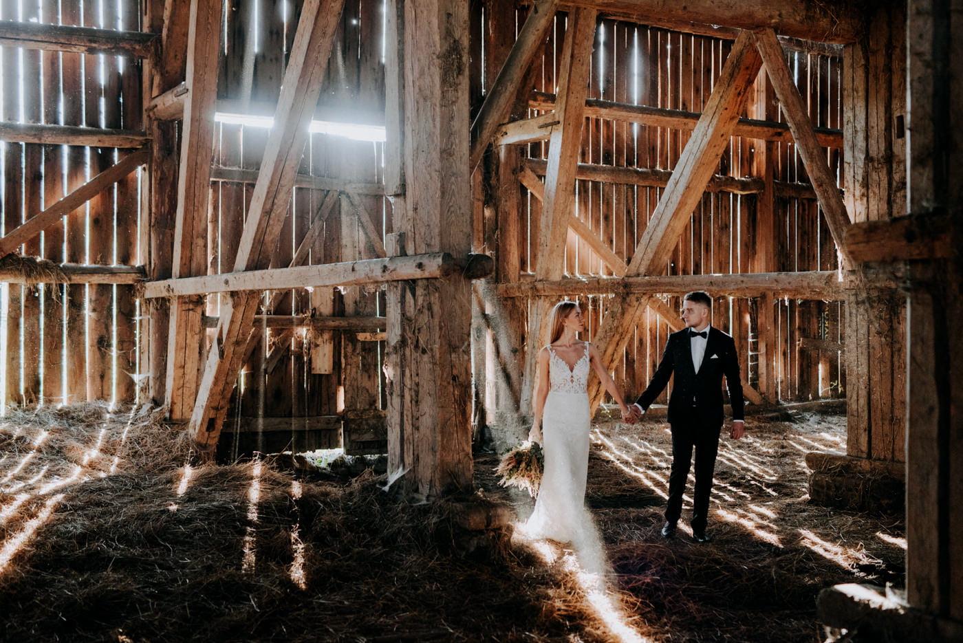 Plener Ślubny w starej stodole - Basia i Marcin 19