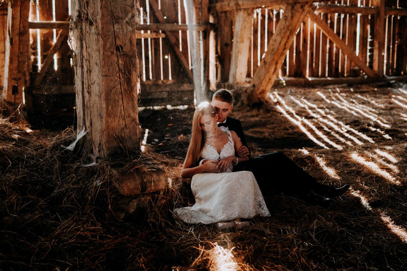 Plener Ślubny w starej stodole - Basia i Marcin 23