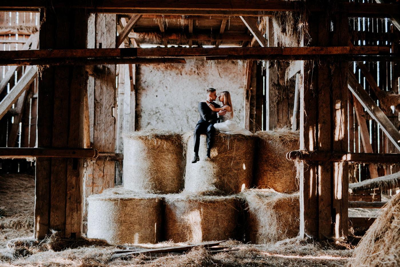 Plener Ślubny w starej stodole - Basia i Marcin 26