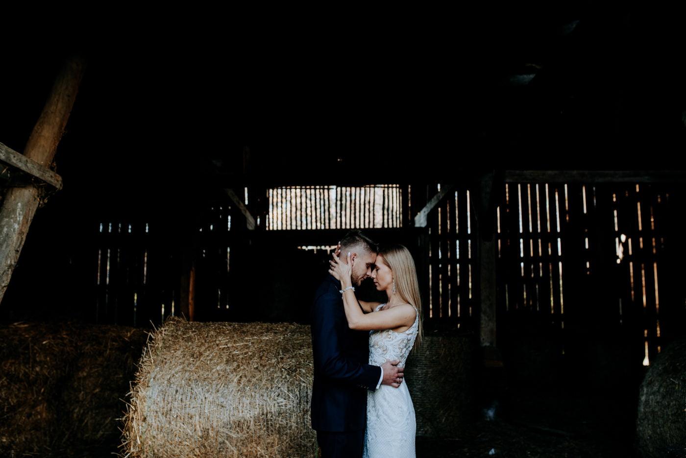 Plener Ślubny w starej stodole - Basia i Marcin 30