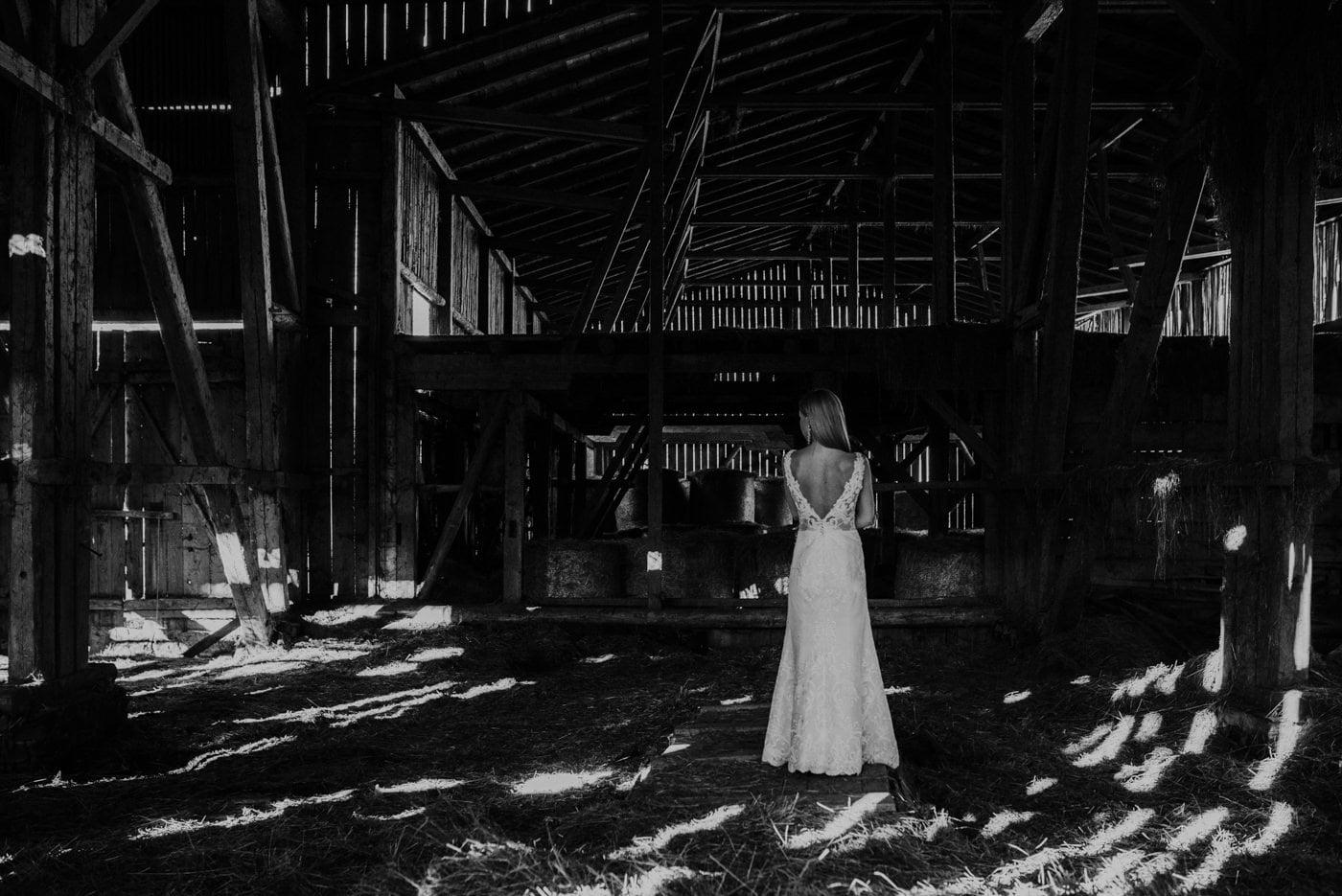 Plener Ślubny w starej stodole - Basia i Marcin 31
